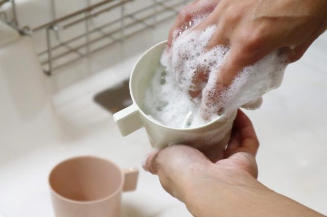 食器洗いしている手